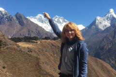 DavinaFarrer-800057_First-glimpse-of-Everest-and-pointing-to-the-top-of-the-highest-mountain-in-the-world